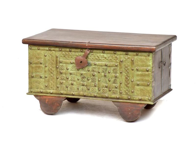 Truhla z teakového dřeva na kolečkách, zdobená železným kováním, 80x45x45cm