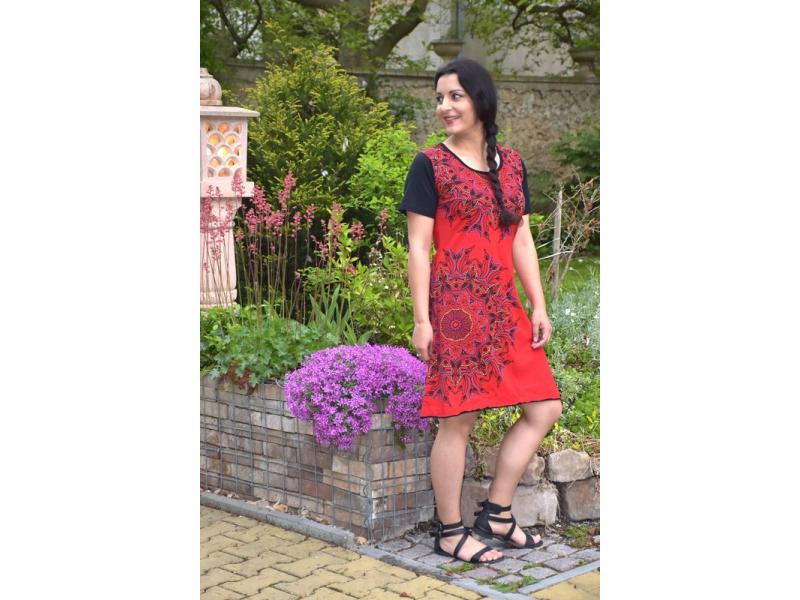 Krátké černo-červené šaty s krátkým rukávem, mandala potisk a výšivka