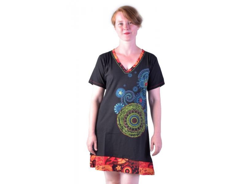 Krátké černé šaty s krátkým rukávem, potisk mandal a výšivka
