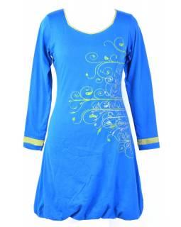 Krátké tyrkysové šaty s dlouhým rukávem a zelenými detaily, tisk a výšivka