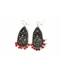 Ozdobné visací náušnice s červenými korálky, antik stříbrný kov