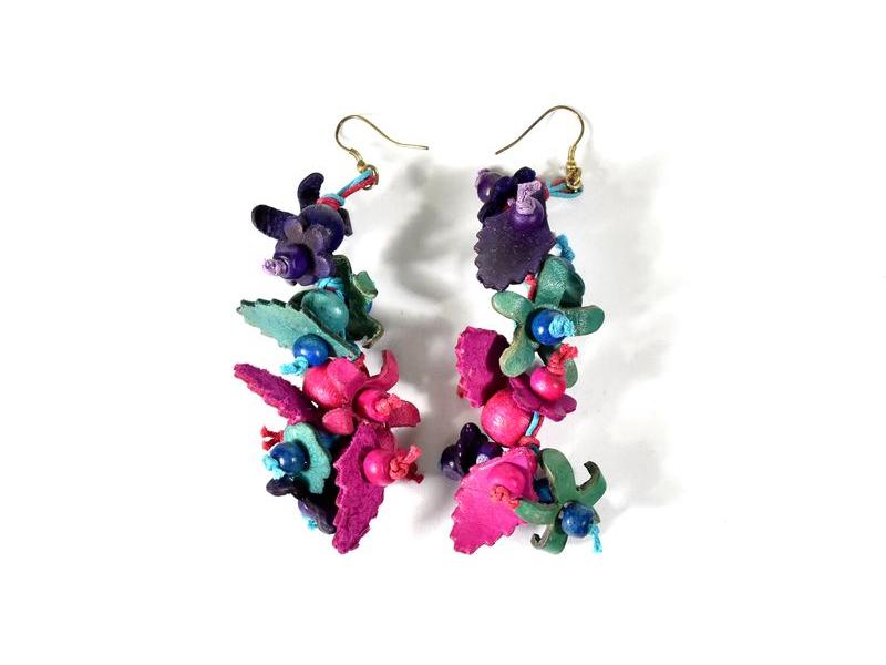 Dřevěné visací náušnice s koženými lístečky, růžovo-fialovo-modré