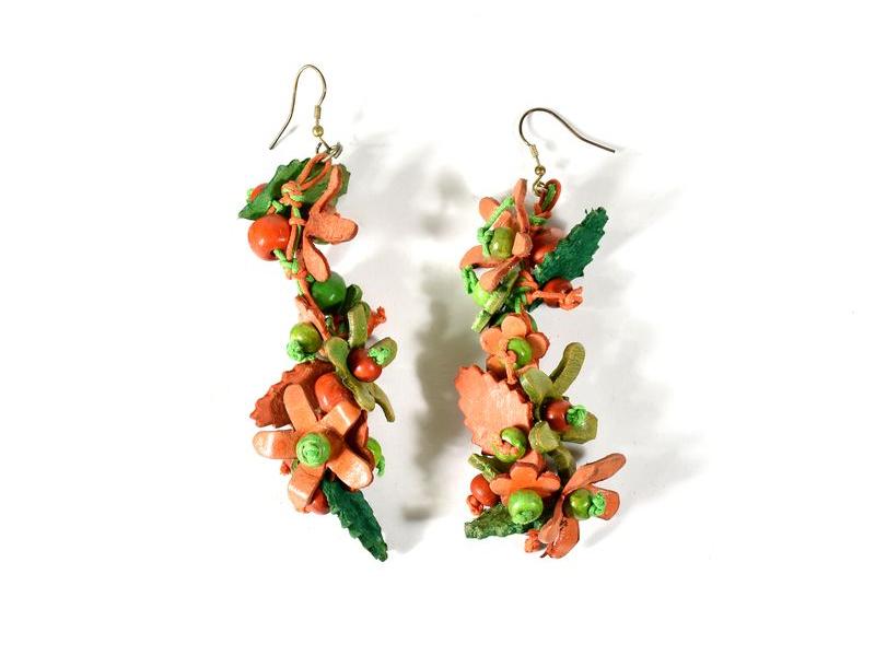 Dřevěné visací náušnice s koženými lístečky, zeleno-oranžová