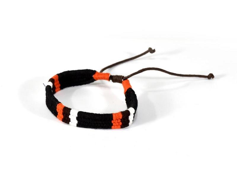 Pletený náramek z konopí v barvách černá-oranžová-bílá