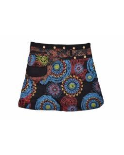Krátká černá sukně zapínaná na patentky, barevný mandala potisk, kapsa