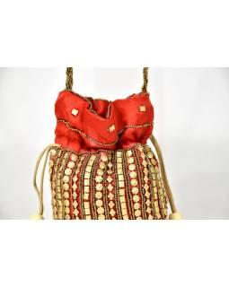 Malá červená kabelka bohatě zdobená zlatými korálky, 19x19cm