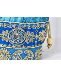 Malá modrá kabelka bohatě zdobená zlatou výšivkou a flitry, 19x19cm