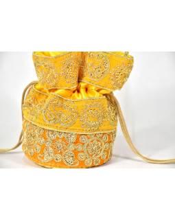 Malá žlutá kabelka bohatě zdobená zlatou výšivkou a flitry, 19x19cm