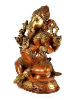 Mosazná soška Ganeši sedícího na podstavci, měděná patina, 18x30cm