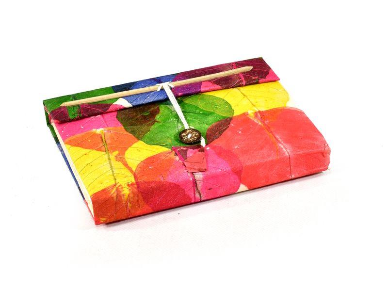 Notes z ručně vyráběného papíru s barevnými listy, bambusové zavírání, 16x21cm