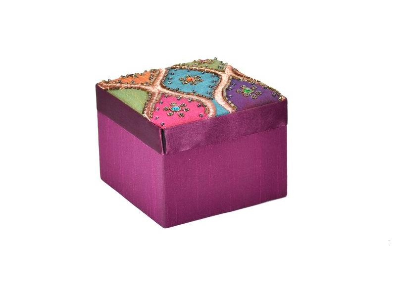 Ručně vyšívaná šperkovnice, fialová, flitry a korálky, 10,5x10,5x8cm