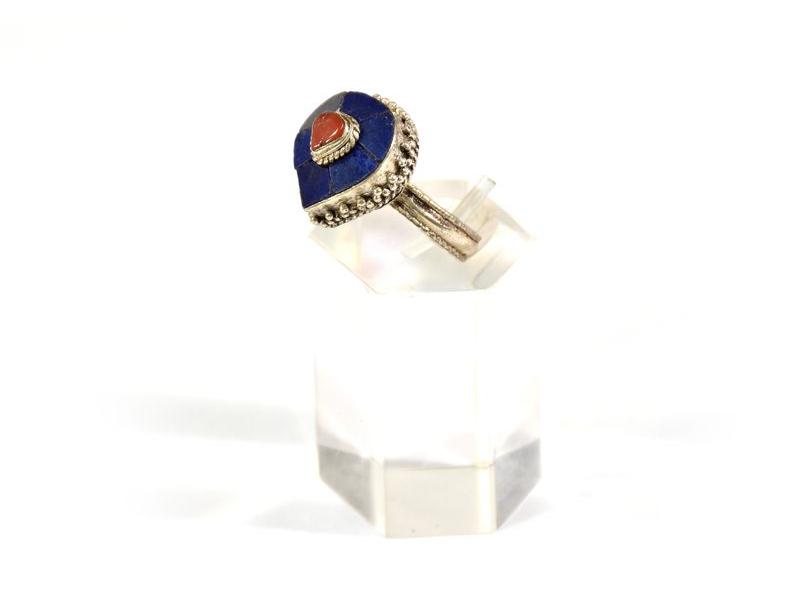 Velký stříbrný prsten vykládaný lapisem a korálem, AG925, Nepál