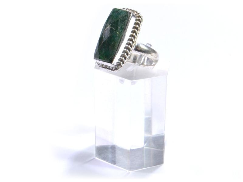 Prsten s polodrahokamem, rekonstruovaný smaragd, postříbřený (10µm)