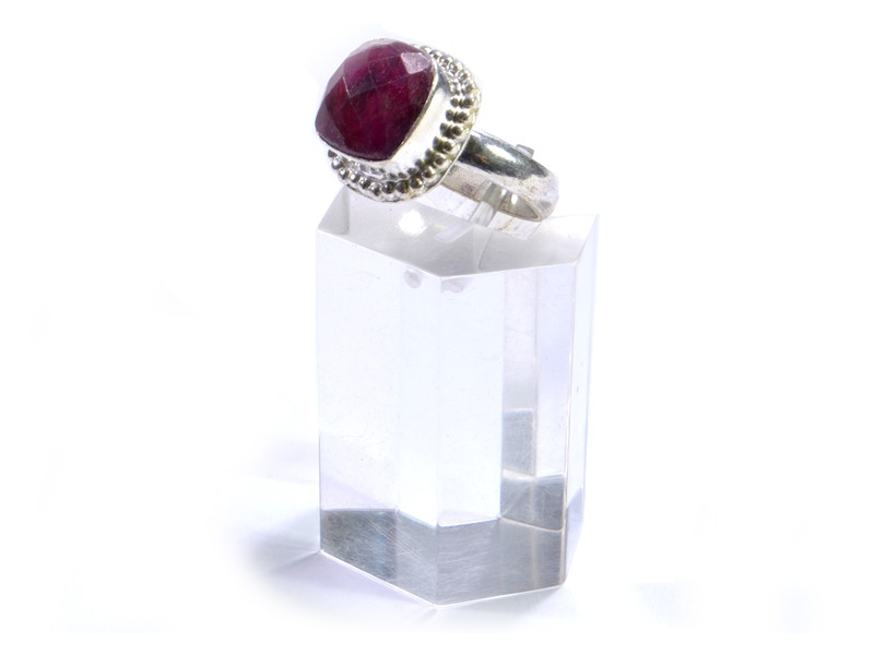 Prsten s polodrahokamem, rekonstruovaný rubín, postříbřený (10µm)