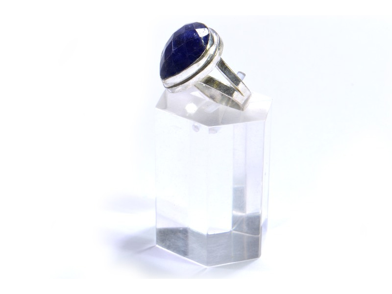 Prsten s polodrahokamem, rekonstruovaný safír, postříbřený (10µm)