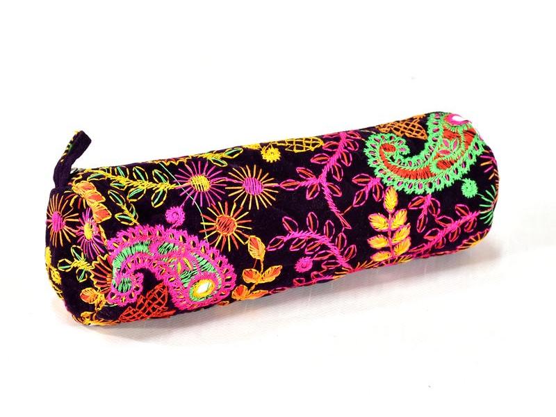 Bohatě vyšívaný tmavě fialová penál, samet, zapínání na zip, 22x9cm