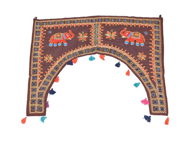 Ručně vyšívaný závěs nad dveře, hnědý se slony, sklíčky a třásněmi, 102x75cm