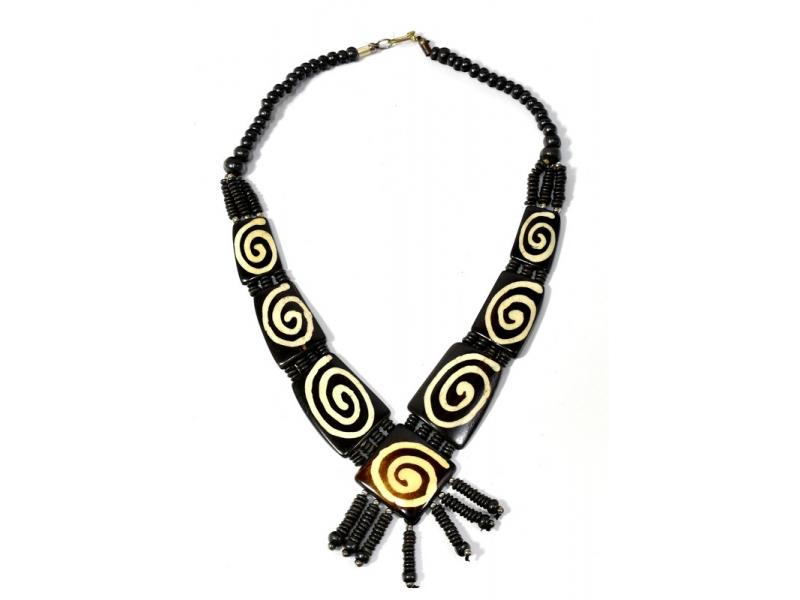 Tmavě hnědý kostěný náhrdelník s motivem spirály