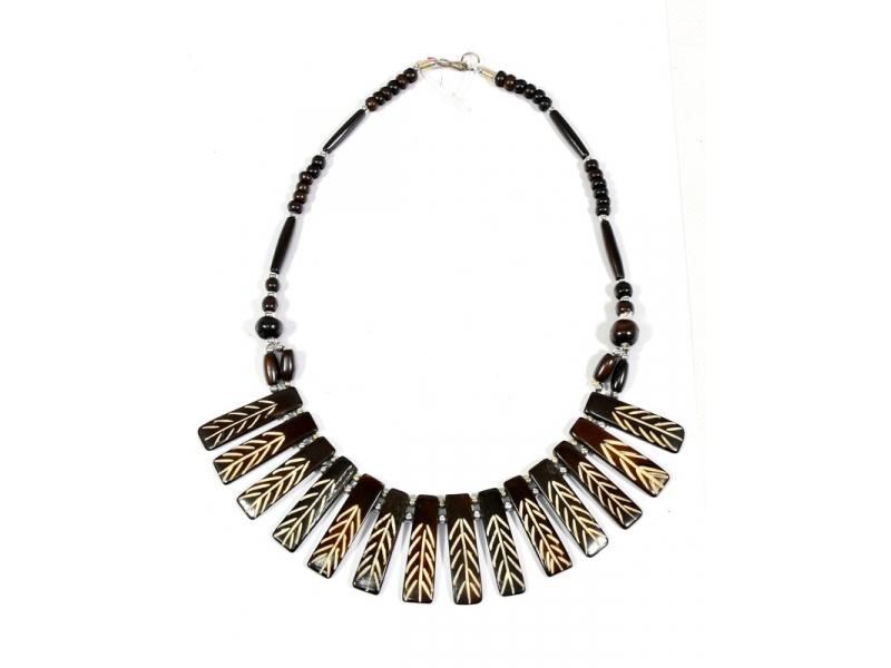 Tmavě hnědý kostěný náhrdelník s řezbou