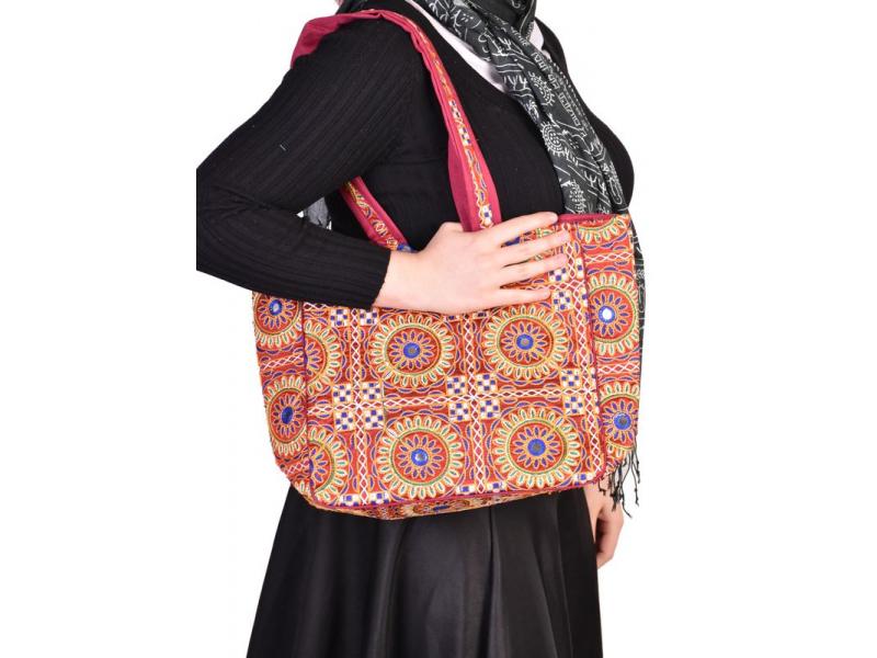 Červená unikátní taška z Gudžarátu, ručně vyšívaná,40x30cm