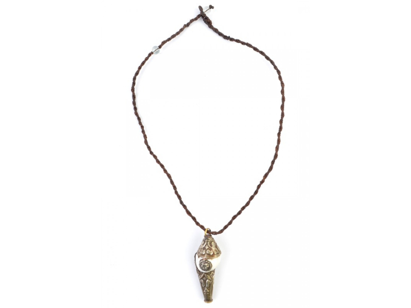 Náhrdelník s přívěskem mušle, kombinace kovu, tenký hnědý provázek