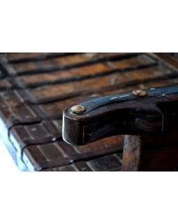 Masivní lavice z antik teakového dřeva s mosazným kováním, 137x60x103cm