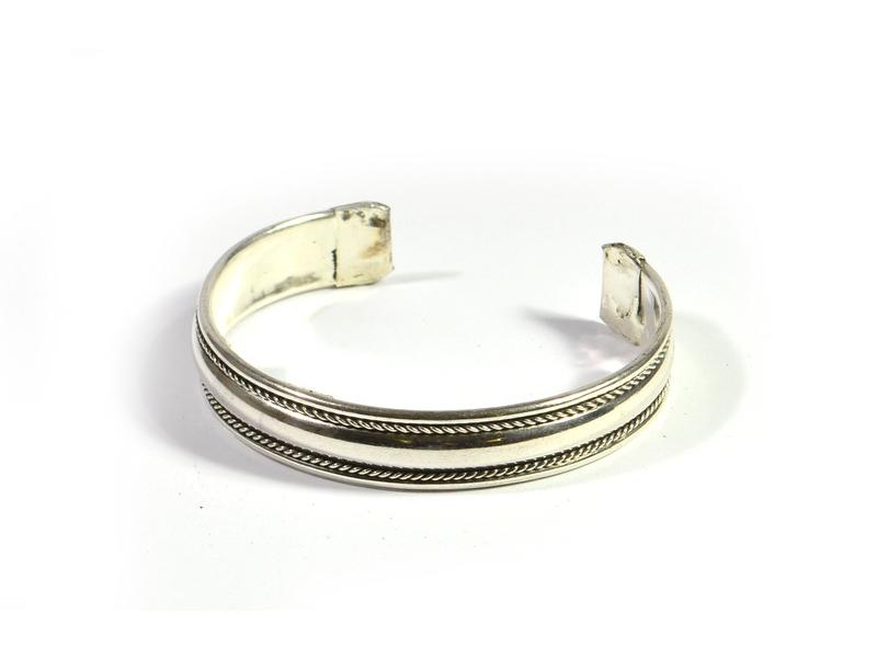 Kruhový náramek z bílého kovu, jemné zdobení