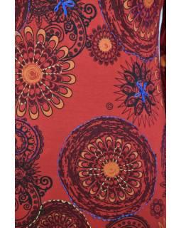 Krátké červené šaty s potiskem mandal, dlouhý rukáv a V výstřih
