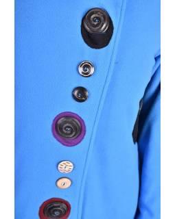 Modrý kabát s límcem zapínaný na knoflíky, barevné aplikace, potisk