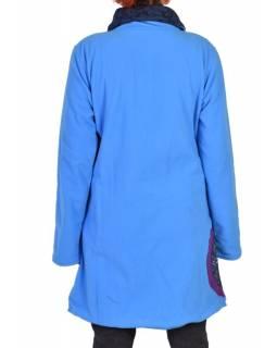 Modrý fleecový kabát s límcem zapínaný na knoflíky, barevné aplikace, potisk