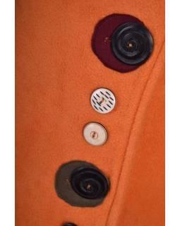 Oranžový fleecový kabát s límcem zapínaný na knoflíky, barevné aplikace, potisk