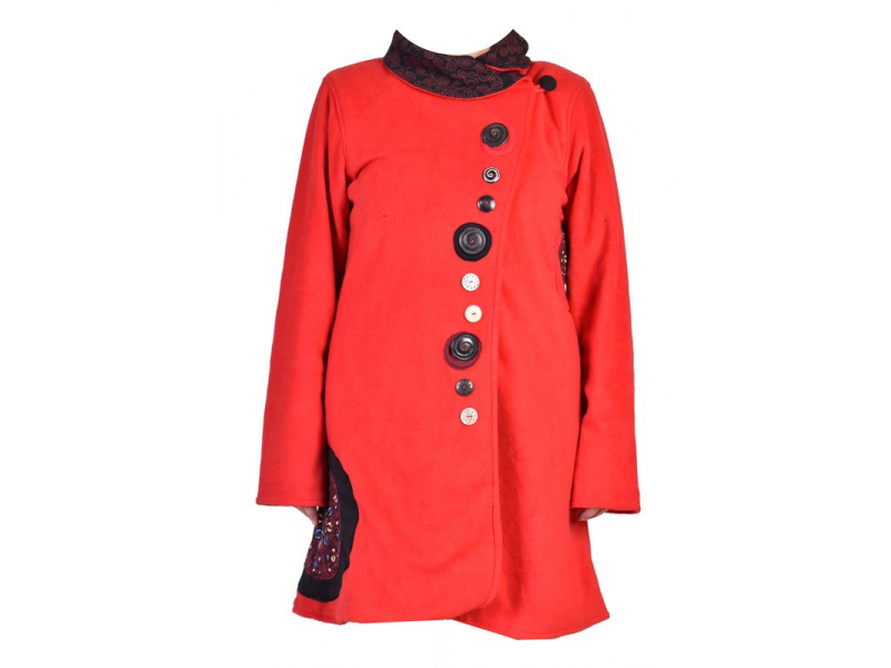 Červený fleecový kabát s límcem zapínaný na knoflíky, barevné aplikace, potisk