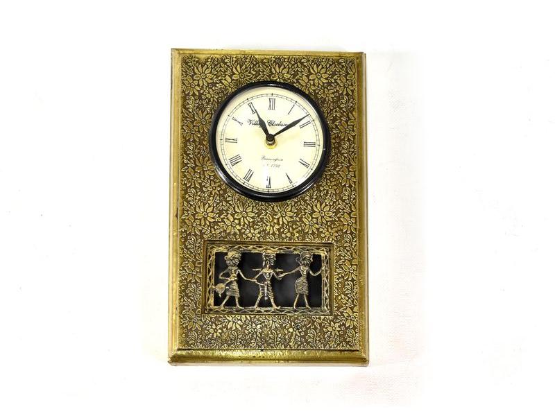 Hodiny na stěnu, dřevo, mosazný ručně tepaný plech, tribal art, 17x28cm