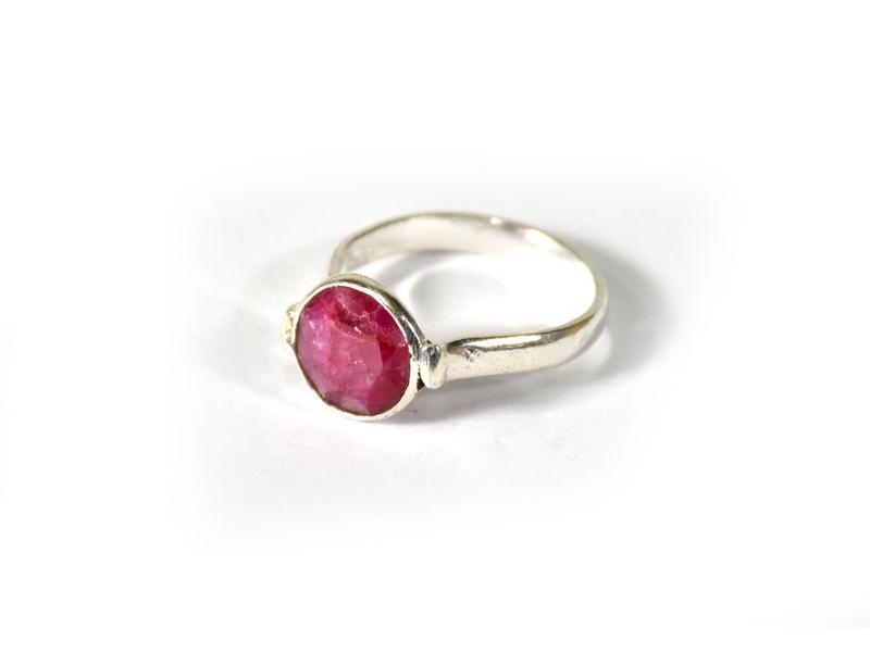 Prsten vykládaný rekonstruovaným rubínem, postříbřený (10µm)