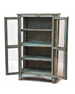 Prosklená skříň z antik teakového dřeva, tyrkysová patina
