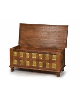 Dřevěná truhla z teakového dřeva, mosazné kování, hlavy Buddhy 112x50x52cm