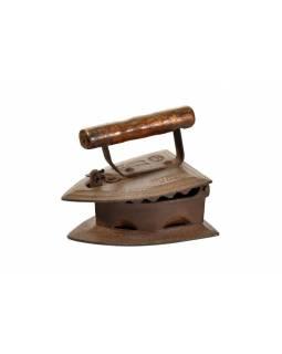 Malá antik žehlička z Gujaratu s dřevěnou rukojetí, 19x15x15cm