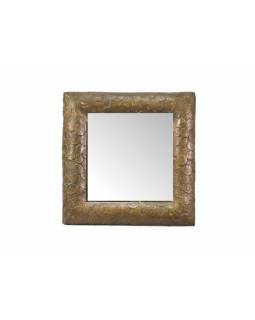 Zrcadlo v dřevěném rámu pobitém mosazným plechem s reliefy mincí, 30x30cm