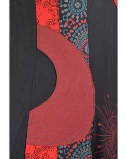 Černo-červené šaty bez rukávu s potiskem, aplikacemi a výšivkou