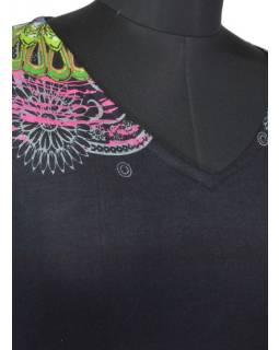 """Černé šaty s dlouhým rukávem """"Mandala"""", barevný potisk, výstřih do V"""