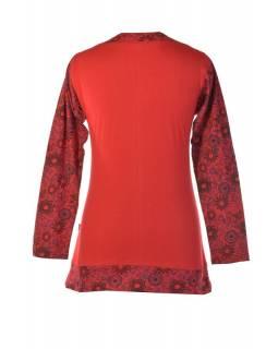 Červené tričko s dlouhým rukávem a výstřihem do V, tisk a výšivka