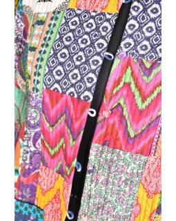 Multibarevný krátký kabátek zapínaný na knoflíky, patchwork, kapsy