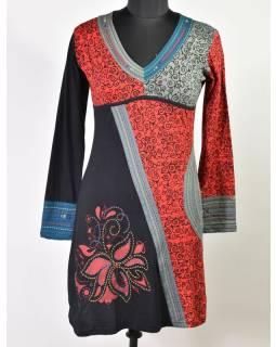 Černo-červené šaty s dlouhým rukávem, ornamentální potisk a výšivka
