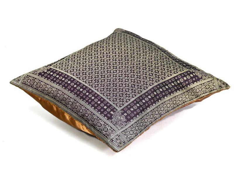Tmavě fialový saténový povlak na polštář se zlatou výšivkou, zip, 40x40cm