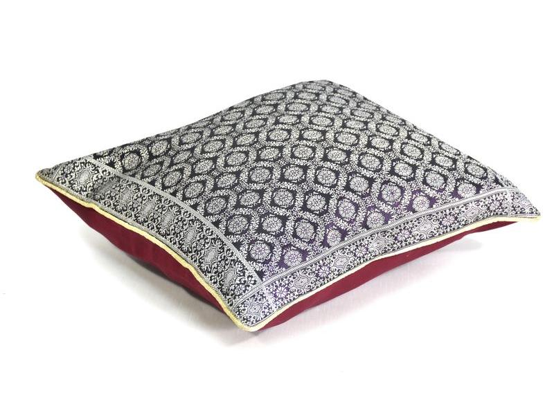 Tmavě fialový saténový povlak na polštář se stříbrnou výšivkou, zip, 40x40cm