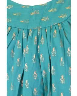 Krátké akvamarínové šaty bez rukávu se zlatým potiskem