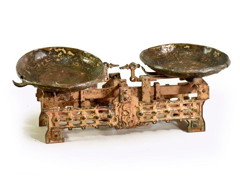 Staré kuchyňské váhy, 55x17x22cm