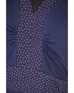 Krátké modré šaty s tříčtvrtečním rukávem, zelený potisk a výšivka Lace design