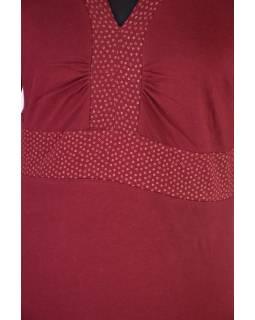 Krátké vínové šaty s tříčtvrtečním rukávem, zelený potisk a výšivka Lace design