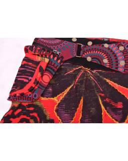 Krátká červená sukně, zapínání na patentky a kapsička, výšivka